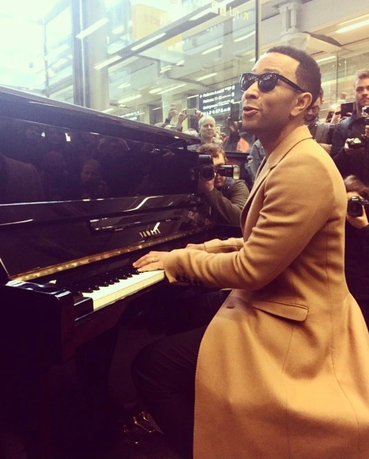 MUSIC PRODIGY, JOHN LEGEND IN HIS BEST  AT ST PANCRAS TRAIN STATION