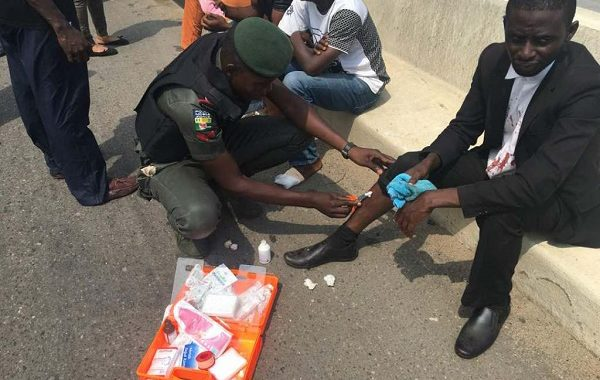 RRS  MEN OFFER  FIRST AID SERVICE TO ACCIDENT VICTIMS ON THIRD MAINLAND BRIDGE